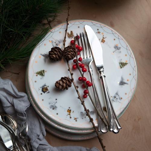 d5070d98 Videre finner man et sett med Julemorgen tallerkener der de ulike  illustrasjonene også er tatt med. Disse tallerkenene har størrelser på 27  og 20 cm.